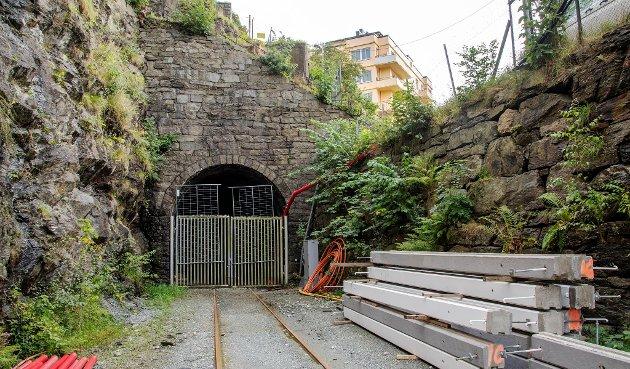 La Bybanen gå i den gamle togtunnelen.