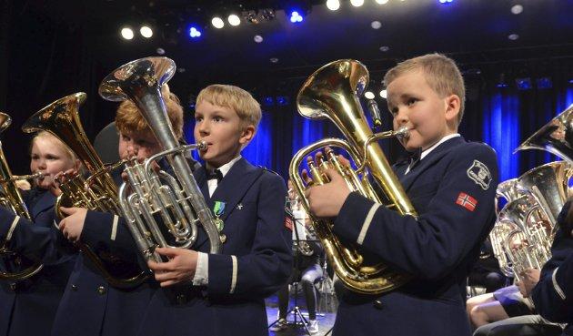 BÅDE SANG OG SPILTE: Aspiranter og mellomkorps viste flere talenter undervegs. Fra høyre: Amund Løvbrøtte, Christian Dæhlen Hagen, Brage Rækken Marthinsen og Victoria Nordli-Henriksen.
