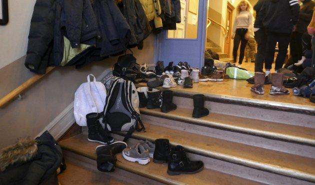 UNGDOMSSAMFUNDET: Slik ser det ut i gangen en vanlig tirsdagskveld på Ungdomssamfundet. Alle støvlene skal av i gangen, slik at alle kan gå i sokkelesten.