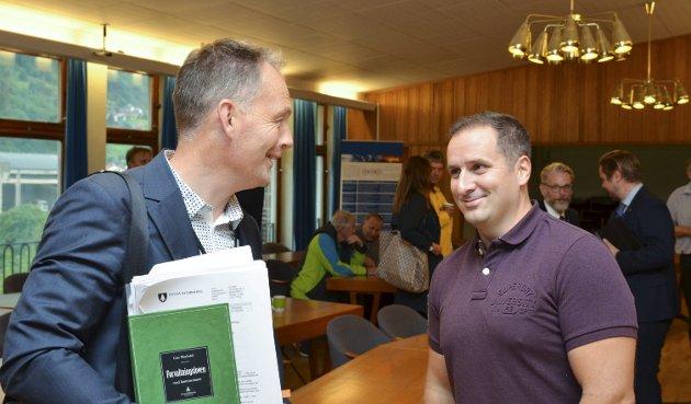 Ole-Jørgen Jondahl (t.v.), prosjektleiar og framtidig rådmann i Ullensvang kommune, i samtale med Magnus Steigedal, rådmann i Ullensvang.