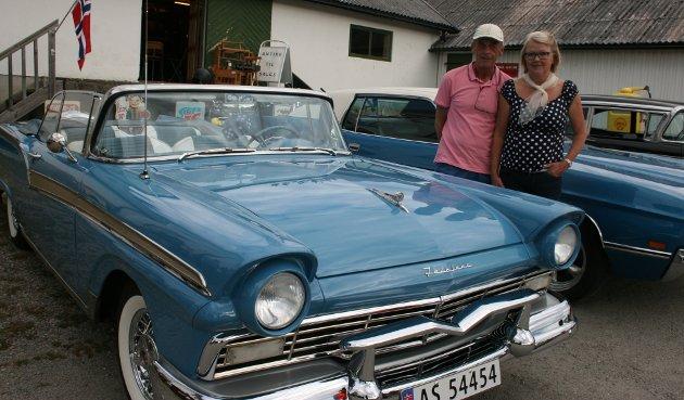 ONSDAGSTUR: Per Iversen og Kine Hasledal tok med seg sin Ford Feline 57-modell til Setskog.