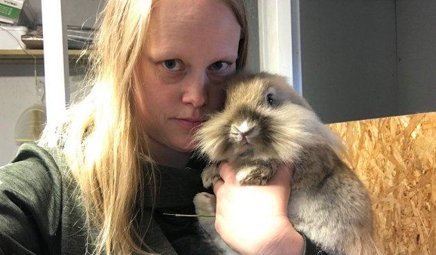 Ingen gave: Nyhetsleder Anita Jacobsen har kaniner i fosterhjem for Dyrebeskyttelsen. Hun minner i ukas leder om at dyr ikke er julegaver.
