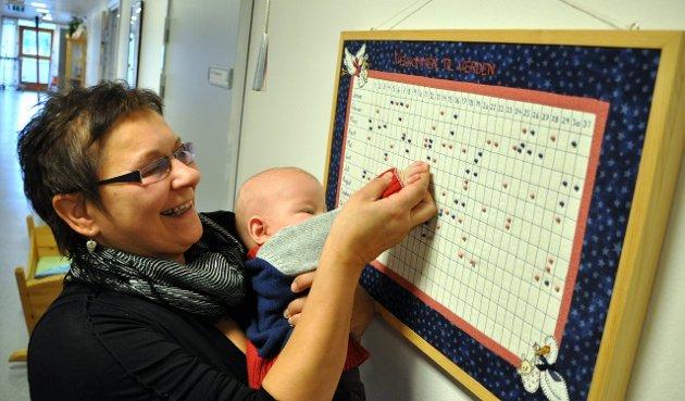 BESØK PÅ FØDEN: Enhetsleder May Vollnes Johansen viste Oskar fødselskalenderen på fødestua, der hans egen fødsel var markert med blå knappenål høsten 2010. Arkivfoto