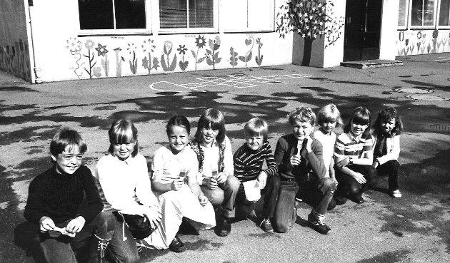 Blide elever i skolegården på Krapfoss skole, juni 1980
