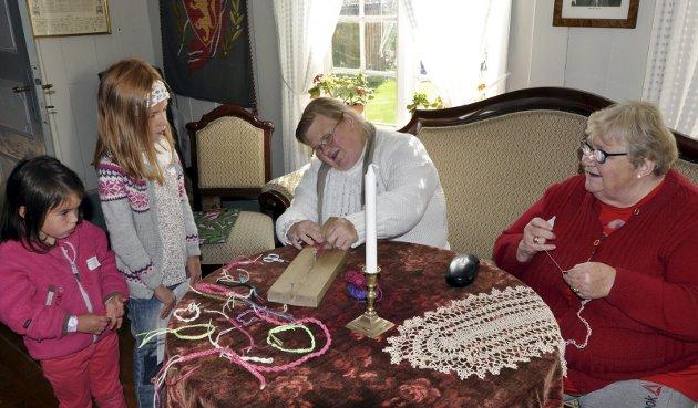 NUPERELLER: Elin Beate og Randi Pettersen viste hvordan man lager nupereller. Her får Alida og Marie en liten innføring.