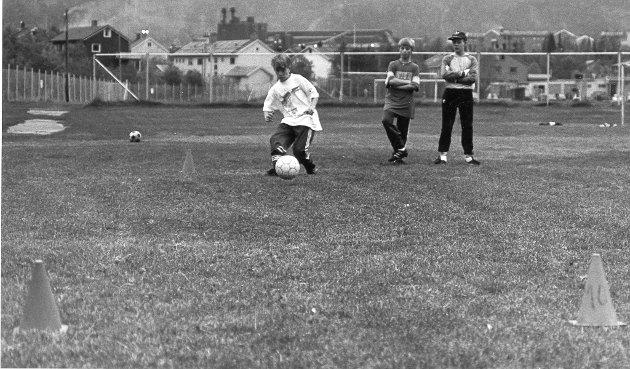"""Mo ILs lillegutt-lag 1992. For å klare kravet til """"bronsje"""" måtte sju av ti baller mellom kjeglene. 7. februar 1992."""