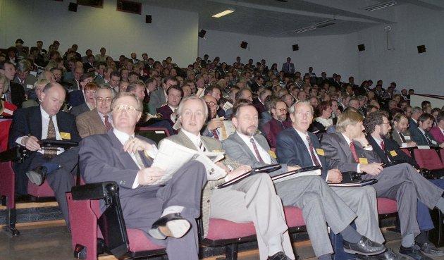 Oljeselskapenes inntjening på norsk sokkel var et sentralt tema på konferansen i 1994. Her ser vi noen av deltakerne på første rad.
