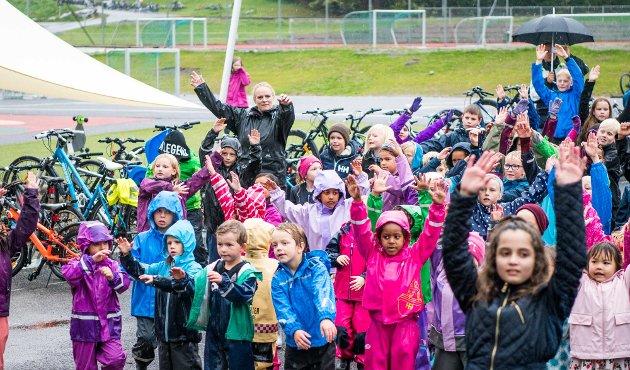 BlimE! er NRK Supers vennskapskampanje. Målet er å få barna til å være venner med hverandre, og vise hverandre omsorg. Slagordet er «Si hei! Vær en venn! BlimE!». I år ble det satt ny rekord da over 350.000 elever på skoler over hele landet danset på samme tid. Her er årets dansere på Rustad skole, på fredag.