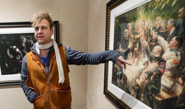 Sentralt motiv: Vebjørn Sand viser flere av bildene i sin krigsserie på utstillingen i Fredrikstad, her med motiv fra naziledernes Wannsee-konferanse.Arkivfoto: Erik Hagen