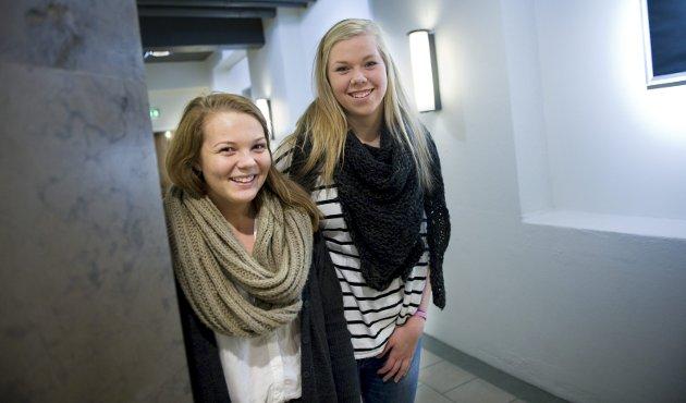 Omdiskutert TV-program: HAs ungdomsredaksjon fokuserer på det omstridte NRK-programmet Trekant, som handler om sex. Sara Marie Adolfsen og Ina Marie Heggland ser begge på programmet, og liker det godt. Foto: Anders Johansson