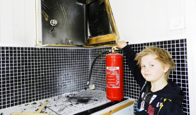 Brannhelt: Jørgen Killingrød (11) holdt hodet kaldt og hentet fram pulverapparatet og slukket brannen som oppsto i vifta på kjøkkenet hjemme i Hjortsbergveien. Han får skryt for jobben han gjorde av brannvesenet. Foto: Kåre Rennestraum