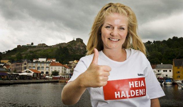 «Heia halden»: HA innfører vignetten «Heia Halden», og heier på byen der det er berettiget. Mari Kristine Buckholm er nyutdannet journalist, og ferievikar i HA. Hun er glad i hjembyen sin, og gleder seg til å jobbe i HA i sommer. Foto: Fredrik Varfjell
