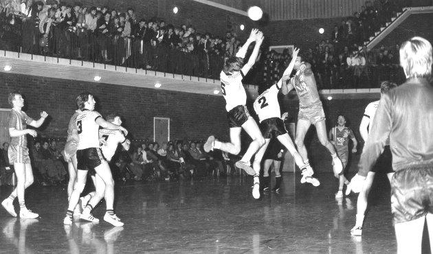 TETT I TETT: Ifølge Finnmarken var det om lag 500 tilskuere på plass i den gamle aulaen i Sentrum skole da Vadsø Turn tok imot Bodø håndballklubb til seriefinale i 1983.