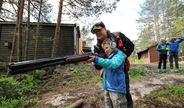 JAKT: Kronikkforfatterne mener samarbeid må til for å forene de ulike synene på jakt.