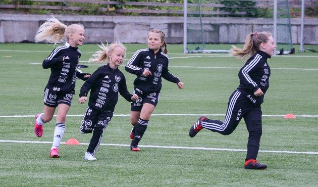 """MORO: Å leke """"Haien kommer"""" hører med på en fotballskole."""