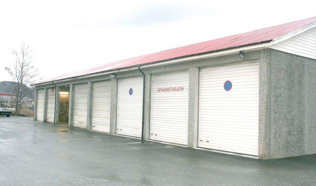MANGLER: Dagens brannstasjon på Jørpeland mangler garderobefasiliteter. Dusjing må skje hos en nabobedrift.