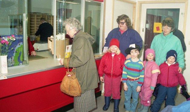 Folk gikk mann av huse for å ta i bruk det nye postkontoret i Ålvundfjord i 1994. Bak skranken skimtes poststyrer Ellen Ansnes, foran luka Sigrid Ulvund. Så fulgte på rekke og rad Siv Marit Brekken, Anne Marit Øverås, Ragnhild Gagnat, Steinar Bruset, Øyvind Gagnat og Kari Gagnat.