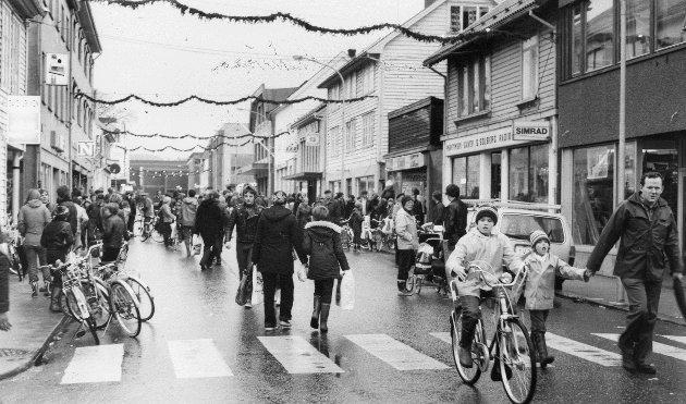 Julegata i Strandgata i Florø, usikkert kva år. Heilt til høgre ser du Dagfinn Hjertenes.