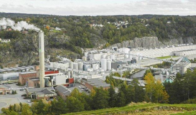 ARBEIDSPLASSER: – Det å ha en jobb å gå til, er den sikreste veien ut av fattigdom, skriver Tage Pettersen, Østfold Høyres 2. stortingskandidat. Norske Skog Saugbrugs er en stor og viktig arbeidsplass i Halden.