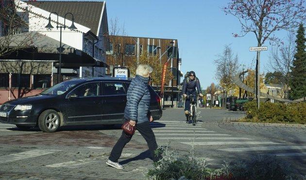 DÅRLIG OG FARLIG: Krysset mellom Storgata, Elvarheimgata og Lokket er uoversiktlig og vanskelige både for gående, syklende og kjørende. Her tilrår Norconsult store endringer.   Foto: Knut Fjeld