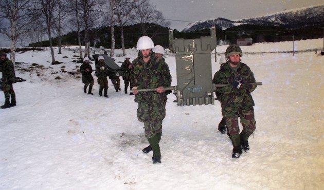 Grønnkledde menn med hvitkamuflerte hjelmer bar tungt på prefabrikerte ståldeler. En engelsk infanteriavdeling var her i ferd med å sette opp ei bro i Torvikdalen i februar 1995. Her ser vi to engelske infanterisoldater som bar store deler av broelementene.  Elleve soldater jobbet kontinuerlig med å sette brua sammen.