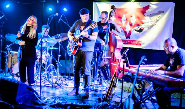 Mathea Nicolaisen debuterte med Jazzetaten og tok både de og publikum med storm med sin herlige stemme. Jazzetatens mannskap er Terje Evensen på trommer, Svein Erik Martinsen Ånestad på gitar, Daniel Lind på bass, og Lorenzo Nardocci på tangenter.