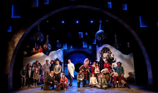 Mange med: Ensemblet er stort i «Snøfall». Nå er det straks teaterpremière på tv-suksessen fra 2016.