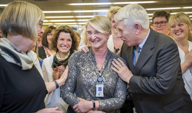 ÆRE: Tidligere sykehusdirektør Dagny Sjaatil fikk også behørig oppmerksomhet. Her er det statssekretær Anne Grethe Erlandsen og brukerrepresentant Åge Willy Jonassen som gratulerer.