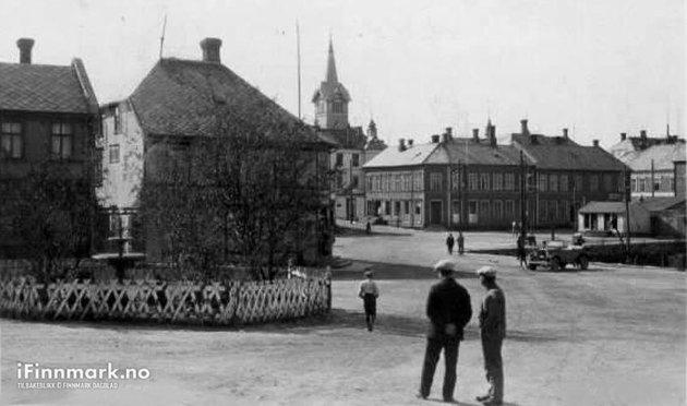30-TALLET: To herrer i Hammerfest sentrum på 30-tallet.