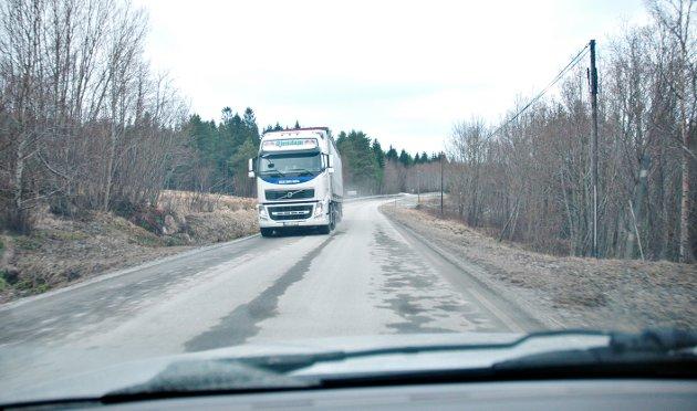 Storlandsvegen er ein av dei mest trafikkfarlege vegane i fylket, smal og svingete med mykje trafikk. Den egner seg ikkje for modulvogntog, meiner Kolbjørn Magne Stokke.