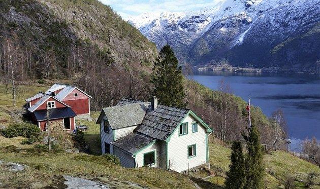 Det er på garden Tøsse i Åkrafjorden Oddny Miljeteig føler seg heime. Biletet er nokre år gammalt, teken i april, og visar «fjoset,» sauehuset, og stovehuset frå 1904. FOTO: Privat