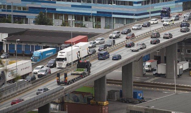 Samtidig som MDG vil ha det bilfritt på Bryggen, kjører et uendelig tog av lastebiler på veiene rundt byen.