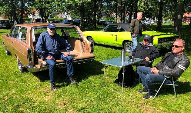 – TRIVELIG: Finn Johansen (fra høyre) har eide denne Ford Fairline 1966-modellen i et års tid. Det er andre gang han deltar på treffet på Isegran. Her sammen med Tommy Johansen og Knut Josefsen.