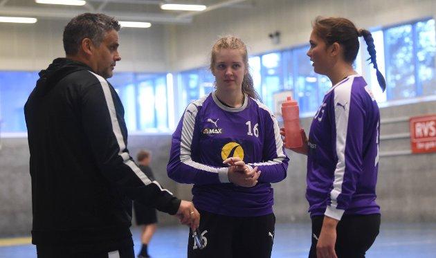 Odd Ronny Teige med keeperne Vilde Løvdal og Marie Bjerka.