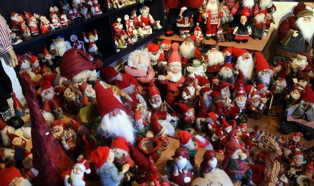 NISSESAMLER: Arnhild Granum Ringstad gir nå samlingen av nisser til Lands museum, som skal vise dem fram i sin juleutstilling.
