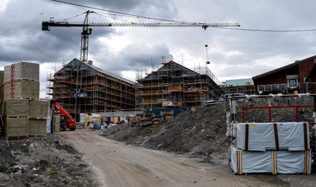 TØRT: – Ordrereservene i bygg- og anleggsbransjen er i ferd med å tørke inn. Dette kan få store konsekvenser for viktige distriktsarbeidsplasser, skriver artikkelforfatterne. Illustrasjonsbilde fra byggingen av Hovlitunet.