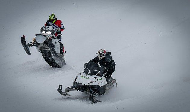 Hillclimb Hemavan 2018. Fight fra start mellom 1. Erik Maikaelsson og 8 Tommy Øyen.