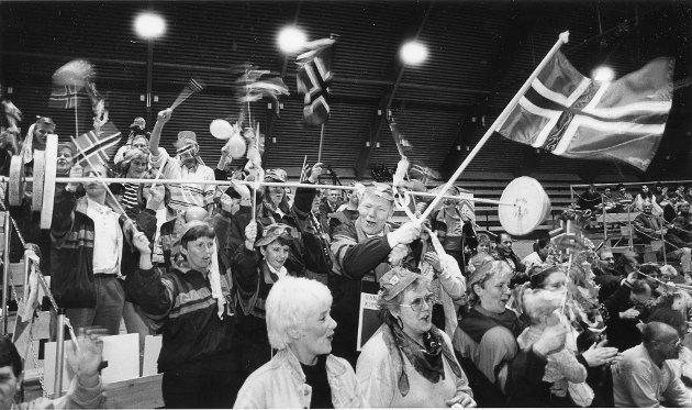 """EM i styrkeløft for damer i Ranahallen 22-24. november 1991. Ranas svar på Vålerengas """"Apeberg"""", kommunens supportere."""