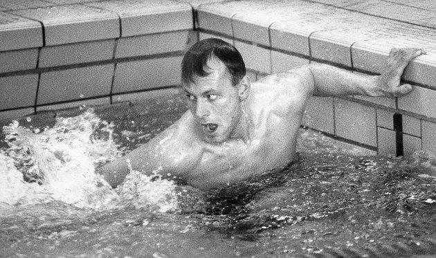 """Svømmingens dag, 1991. Aldri har så mange svømmere svømt så elendig på en gang. Men artig var det likevel for de mange tilskuerne som hadde møtt opp for å se """"kjendisstafetten"""" på Svømmingens dag."""