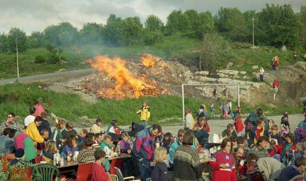Sankthansfeiring på Nordlandet idrettsplass i 1996.  Etter en lang periode med regn,vind og et skydekke som minnet om høsten forteller avisartikkelen at sola skinte gjennom denne dagen.
