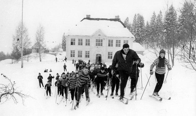 CELEBERT BESØK: Vinteren 1966 fikk Nordal skole besøk av en stor helt og nybakt verdensmester på ski, Gjermund Eggen. Den smilende jenta til høyre er Anne Fuglerud. (Ill. fra boka)