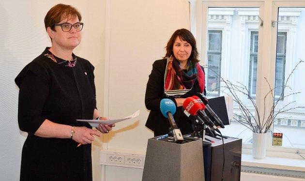 SA UNNSKYLD: Tolga-ordfører Ragnhild Aashaug (til venstre) og rådmann Siv Stuedal Sjøvold på kommunes pressekonferanse i PR-byrået King Streets lokaler i Oslo. Ordføreren sa igjen unnskyld til Holøyen-brødrene. (Foto: Bjørn-Frode Løvlund)