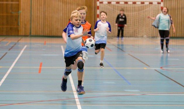 I AKSJON: 11-åringen Nikolai Ovnerud gir alt i kampen, og sikrer laget «Peppa gris» flere mål i kampen mot Mezt.