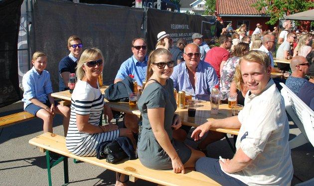 I KURBADHAGEN: Hege Kommandantvold (foran fra venstre), Malin Emilie Mørk, Adrian Hansen og resten av gjengen så kampen i sommervarmen.