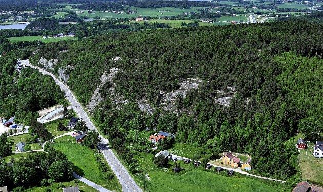 NYE BOLIGER? På åsen til høyre på bildet, med flott utsikt mot Visterflo, er det   planer om 500 nye boliger. Morgan Pettersen i Sarpsborg Næringsforening ønsker nye boliger både på Eidet, Vister, Lundestad og KPS-åsen.