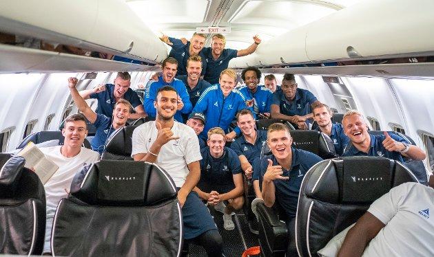 JUBEL: Sarpsborg 08-spillerne jubler på flyet hjem fra Israel.