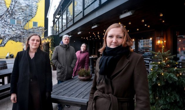 Ordfører Ida Pinnerød (t.h.) og Merete Nordheim, direktør i Bodø Næringsforum. Daglig leder Kjetil Småge og restaurantsjef Maren Ronaldsen ved Hundholmen Brygghus.