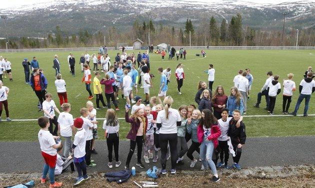Tinestafetten 2019 på Granmoen samlet stort sett alle elevene fredag. Anita Sommerset orienterer om etappene før start. - Vi er veldig fornøyd med at alle stiller opp. Her er det ingen tidtaking, sier hun.
