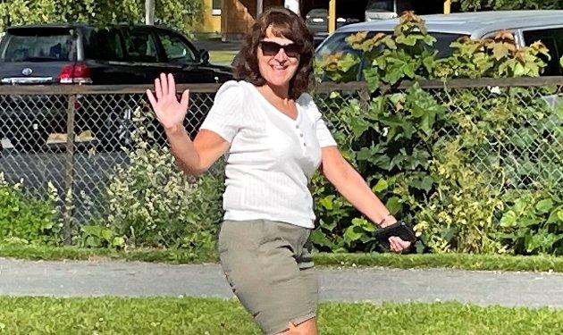 ARRANGØR: Eileen Nilsen Hellesjø var blant annet trafikk-konstabel da toget med korpsmusikere og innbyggere gikk fra kirka, forbi bensinstasjonen og inn i sentrumsparken på Hemnes onsdag.