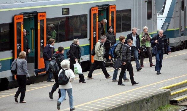 Tar toget: – NAF foreslår å innføre en pendlergaranti, som gir de reisende automatisk refusjon på periodebilletten dersom togselskapene ikke når målene for punktlighet, skriver kommunikasjonsrådgiver Inngunn Handaland.